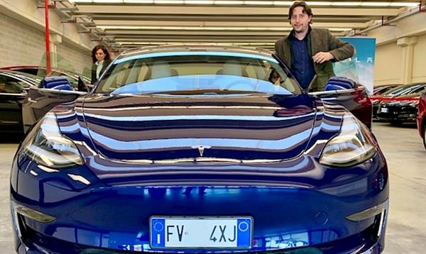 Ecco la nuova Tesla: la sostenibilità dal tetto alla strada